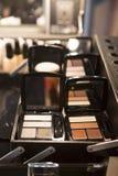 Maleta del maquillaje con sombreadores de ojos Imagenes de archivo