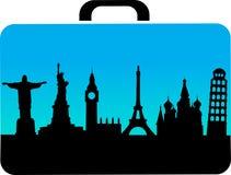 Maleta del recorrido con los iconos de las ciudades Imagen de archivo libre de regalías