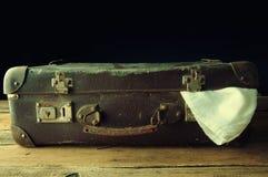 Maleta del vintage en piso de madera Imagenes de archivo