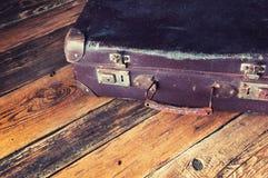 Maleta del vintage en piso de madera Copyspace Visión superior Foto de archivo libre de regalías