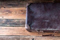 Maleta del vintage en piso de madera Copyspace Visión superior Fotografía de archivo libre de regalías