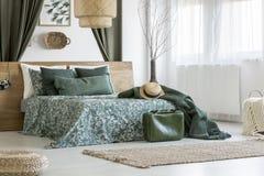 Maleta en dormitorio verde claro Foto de archivo libre de regalías
