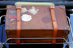 Maleta en el portaequipajes del coche del vintage antes de un viaje alrededor Fotografía de archivo