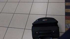 Maleta en un aeropuerto almacen de metraje de vídeo