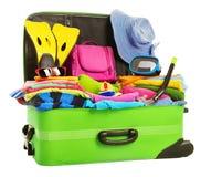 Maleta, equipaje lleno abierto del viaje, ropa llena del bolso de las vacaciones Fotos de archivo libres de regalías