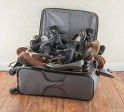 Maleta llenada de los zapatos Fotos de archivo libres de regalías