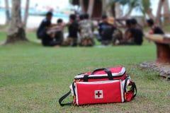 Maleta ou kit de primeiros socorros de ferramentas da emergência médica com povos que resc fotografia de stock