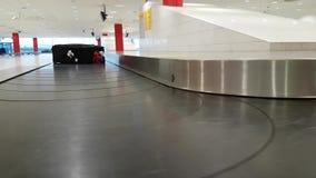 Maleta perdida que mueve encendido el transportador en el aeropuerto almacen de video