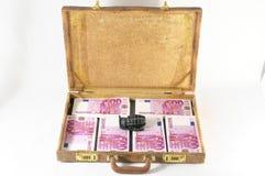 Maleta por completo de billetes de banco Foto de archivo libre de regalías