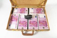 Maleta por completo de billetes de banco Imágenes de archivo libres de regalías
