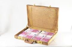 Maleta por completo de billetes de banco Imagen de archivo libre de regalías