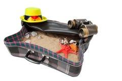 Maleta retra con los accesorios en la playa Fotos de archivo libres de regalías