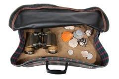 Maleta retra con los accesorios en la playa Imagen de archivo