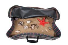 Maleta retra con los accesorios en la playa Fotografía de archivo libre de regalías