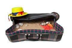 Maleta retra con los accesorios en la playa Imagen de archivo libre de regalías