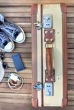 Maleta retra en terraza Imagen de archivo libre de regalías