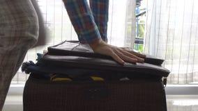 Maleta sobrecargada paquete de la mujer almacen de video