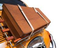 Maleta vieja en la parte de atrás de un pequeño coche Foto de archivo libre de regalías