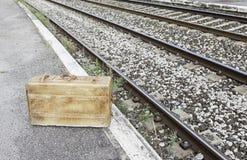 Maleta vieja en una estación de tren Imagen de archivo libre de regalías