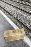 Maleta vieja en una estación de tren Imágenes de archivo libres de regalías