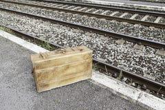 Maleta vieja en una estación de tren Fotos de archivo libres de regalías
