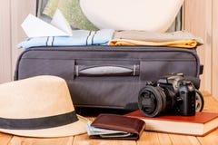 maleta y accesorios masculinos grises para un viaje largo Foto de archivo