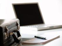 Maleta y computadora portátil Imágenes de archivo libres de regalías