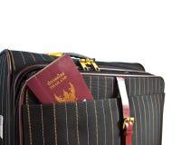 Maleta y pasaporte tailandés Imagen de archivo libre de regalías