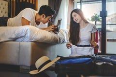 Maletas asiáticas del embalaje del viajero de los pares de la felicidad que se preparan para Foto de archivo libre de regalías