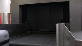 Maletas en una banda del equipaje almacen de video