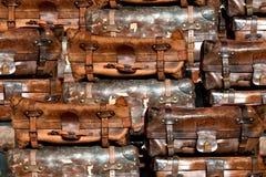 Maletas viejas en una pila Imagen de archivo libre de regalías