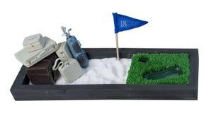 Maletas y clubs de golf en un campo de golf incluido Imagen de archivo libre de regalías
