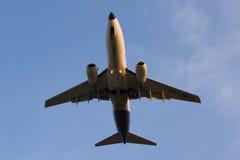 Malev Boeing 737-700 HA-LOP kortsluter, innan han landar på Ferihegy Liszt Ferenc Airport Arkivbild
