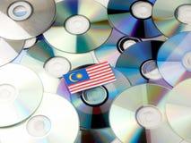 Malezja flaga na górze cd i DVD stosu odizolowywającego na bielu Fotografia Royalty Free