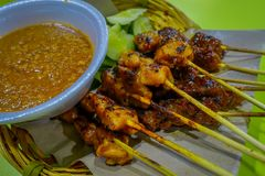 Malezyjski kurczak satay z wyśmienicie arachidowym kumberlandem, jeden sławni lokalni naczynia Obrazy Stock