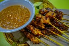 Malezyjski kurczak satay z wyśmienicie arachidowym kumberlandem, jeden sławni lokalni naczynia Obraz Stock
