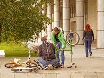 Malfuncionamiento de la bicicleta durante un paseo de la familia imágenes de archivo libres de regalías