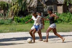 Malgaszy dzieci sztuki piłka nożna, Madagascar obrazy stock