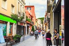 Malgrat de mar, Испания - 8-ое июля 2014: Старая уютная улица в испанском городке в лете, провинции Барселоны, Каталонии Стоковое фото RF
