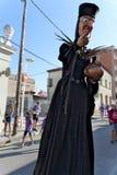 Malgrat DE Mar, Catalonië, Spanje, Augustus 2018 Fairytaleheks met een bronspot op een stadsstraat royalty-vrije stock afbeelding