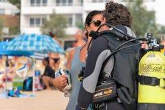 Malgrat de marcha, Cataluña, España, agosto de 2018 La muchacha escolta al buceador antes de zambullirse en el mar en la playa fotos de archivo