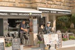 Malgrat de marzo, Catalogna, Spagna, agosto 2018 L'uomo che fa la pulizia nel caffè per gli operatori subacquei immagine stock