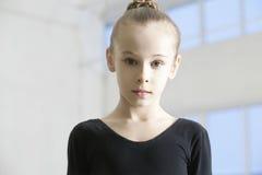 Malha vestindo da dança da menina no armazém foto de stock