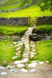 Malham Beck et pont en clapet, Malham, vallées de Yorkshire, North Yorkshire, Angleterre Image stock