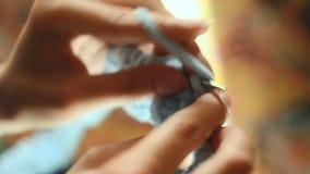 Malhas da jovem mulher com as agulhas de confecção de malhas circulares filme