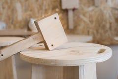 Malho de madeira na parte superior do tamborete Fotografia de Stock Royalty Free