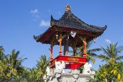 Mali świątynia duchy z żółtym parasol na dobre, Nusa Penida, Indonezja Zdjęcia Royalty Free