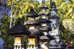 Mali świątynia duchy z żółtym parasol na dobre, Nusa Penida, Indonezja Obrazy Royalty Free