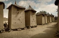Mali, Afrika - Dogon by och typiska gyttjabyggnader Arkivfoton