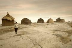 Mali, afryka zachodnia Peul wioska i typowi borowinowi budynki - Obrazy Stock